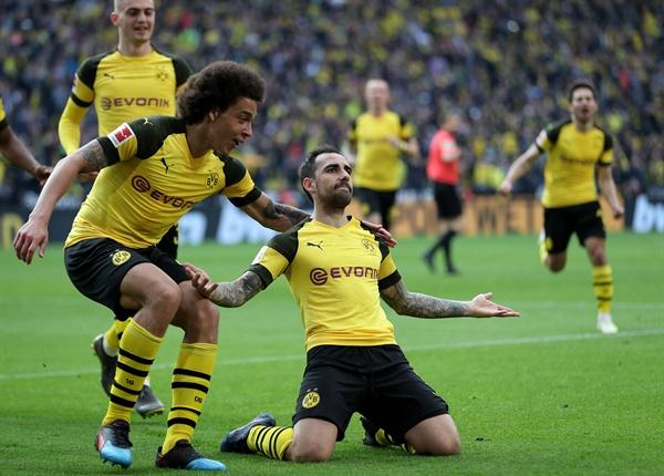 2019년 3월 30일 오후 11시 30분(한국시간) 독일 도르트문트에 있는 지그날 이두나 파크에서 열린 도르트문트와 볼프스부르크의 경기. 도르트문트의 파코 알카세르(가운데)가 득점 후 자축하고 있다.