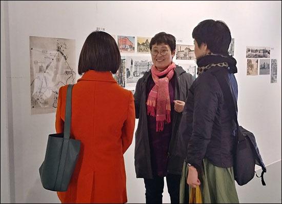 도다 이쿠코 이번 전시를 기획한 도다 이쿠코(관동갤러리 관장) 씨가 일본인들에게 사진 설명을 하고 있다.(가운데)