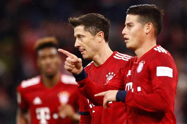 2019년 3월 18일 오전 2시(한국시간) 독일 뮌헨에 있는 알리안츠 아레나에서 열린 바이에른 뮌헨과 마인츠의 경기. 뮌헨의 레반도프스키(가운데)가 팀 득점 후 동료 하메스 로드리게스(오른쪽)와 자축하고 있다.