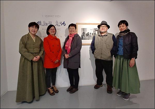 류은규 사진작가 외 기자, 가쿠 사오리 씨, 도다 이쿠코 씨, 류은규 사진작가, 다나카 리에 씨(왼쪽부터)