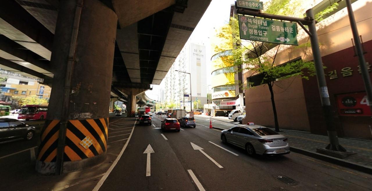 길음환승주차장 교차로 가장 오른쪽의 4차로가 우회전 전용 차선이다