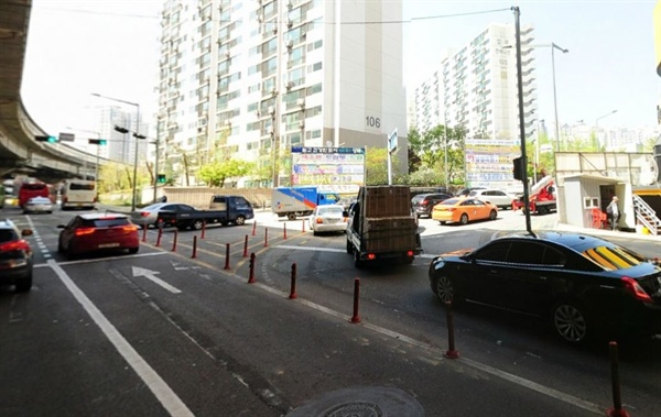 길음환승주차장 교차로 우회전 차로 직진 차선과 우회전 차선이 명확히 구분되어 있다.