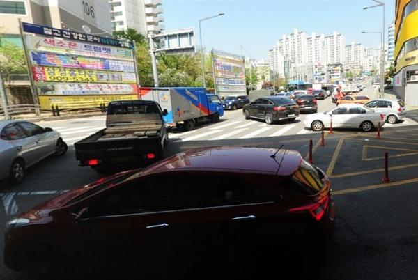 불법 우회전 중인 차량들 교차로에 직진 차선으로 진입한 후 우회전 하는 불법이 상습적으로 벌어지고 있다.
