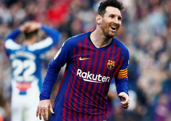 2019년 3월 31일 오전 0시 15분(한국시간), 스페인 바르셀로나에 있는 캄프 누 경기장에서 열린 스페인 라 리가 FC 바르셀로나와 RCD 에스파뇰의 경기. FC 바르셀로나의 리오넬 메시가 두 번째 골을 득점한 후 자축하고 있다.