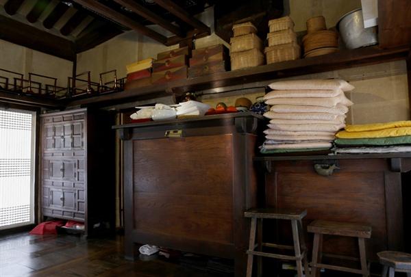 남파고택에서 보관하고 있는 옛 생활용품들. 오래 된 소반과 뒤주, 다구 등에서 종가의 내력이 묻어난다.