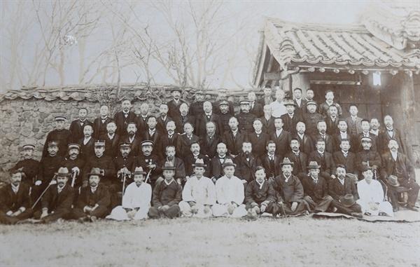 전라남도관찰부의 군수회의 기념사진. 1909년 12월 4일 찍은 것이다. 박재규는 사진 한 장에도 언제, 어디서, 왜 찍었는지 기록으로 남겨뒀다.