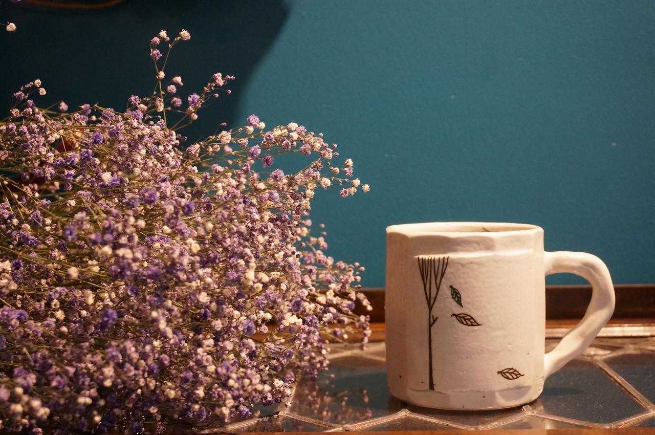 오규영 작가는 도자기에 나무시리즈에 이어 자작나무 시리즈를 회화 기법을