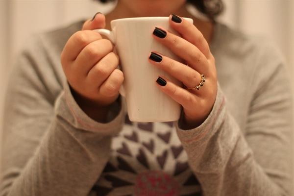 커피 잔이 비어 갈수록 한숨과 함께 밀려 나온 고민들이 테이블 위에 가득 쌓여갔다.