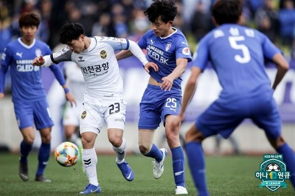 2019년 3월 31일 수원월드컵경기장에서 열린 K리그1 수원 삼성과 인천 유나이티드의 경기. 인천 콩푸엉과 수원 최성근이 볼을 경합하고 있다.