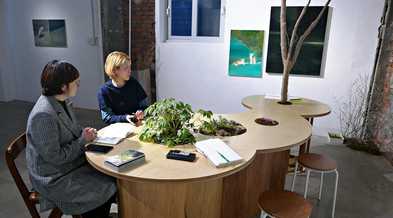 스페이스 이색에서 두 작가를 만났다. 왼편이 김영곤, 서혜진 작가.  '시냇가 심은 나무' 목공소에서 만든, 달과 별과 해와 구름과 물과 나무를 형상화한 책상.