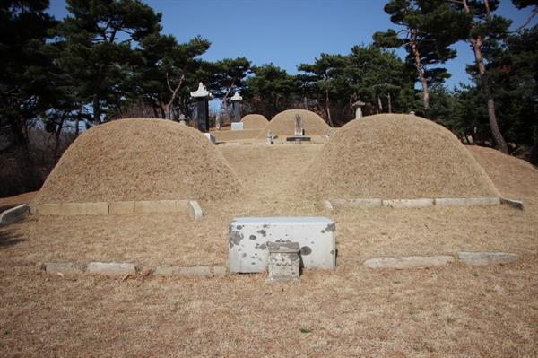 이자 묘소. 위로 형 이운과 아버지 이예견의 묘소가 있다.