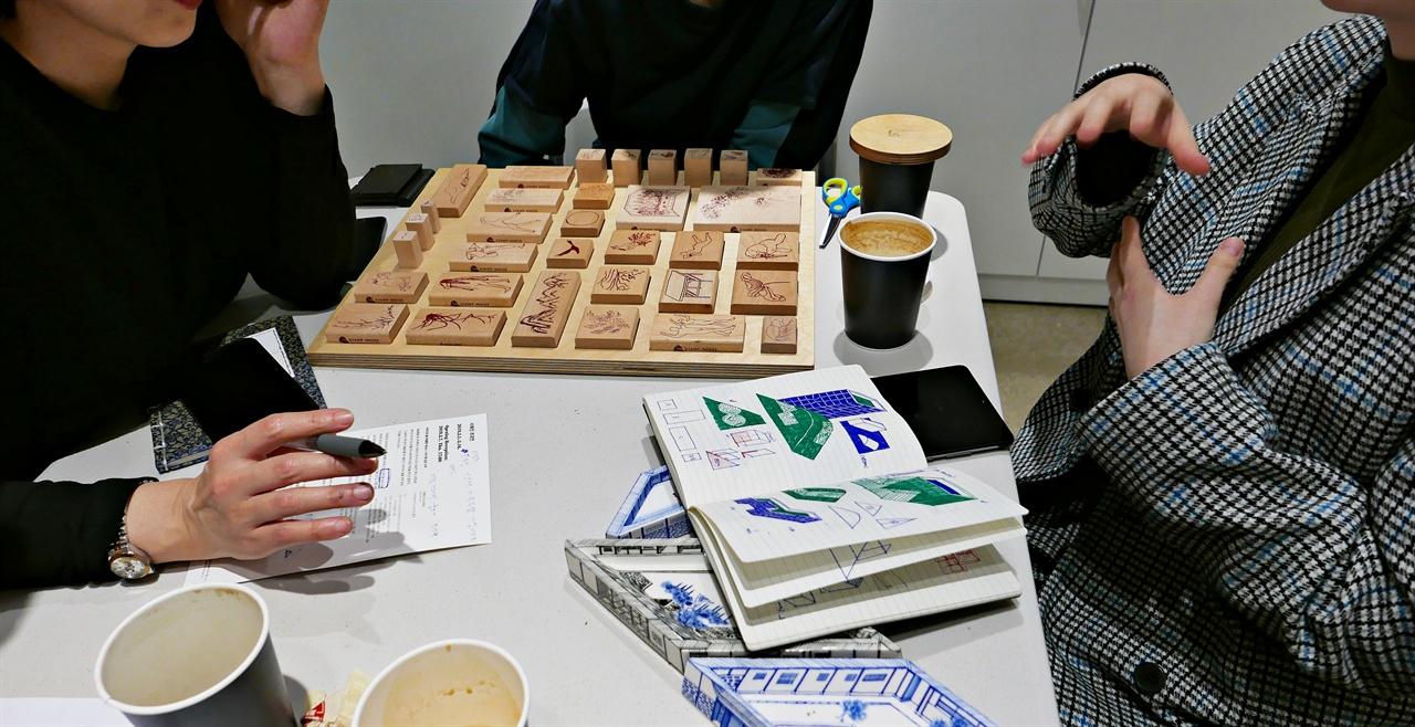 <민화 만화경> 프로젝트가 진행중이다.  왼편부터 김민성, 서혜진, 김영곤. 전시가 되기까지 오랜 준비와 협업이 필요하다.
