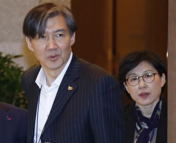 조국 민정수석과 조현옥 인사수석  조국 민정수석(왼쪽)과 조현옥 인사수석이 1일 오전 청와대 여민관에서 열린 수석·보좌관 회의에 입장하고 있다.