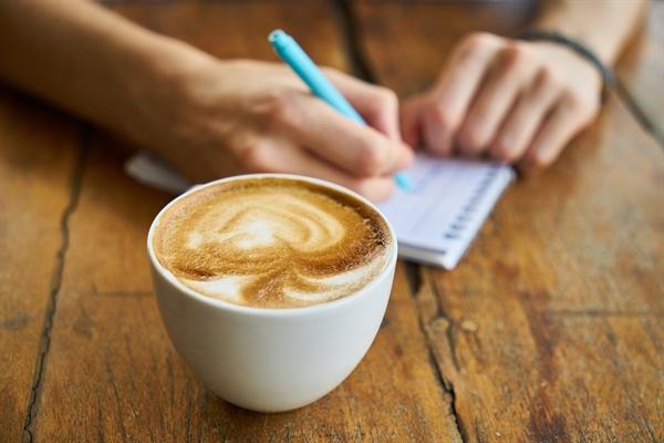 글쓰면서 가장 달라진 건, 툭툭 튀어나오는 아이디어들을 기록하기 위해 늘 메모를 준비해서 다니고 그 메모를 글로 옮기고 다듬으며 조금씩 똑똑해지고 있단 사실이다.