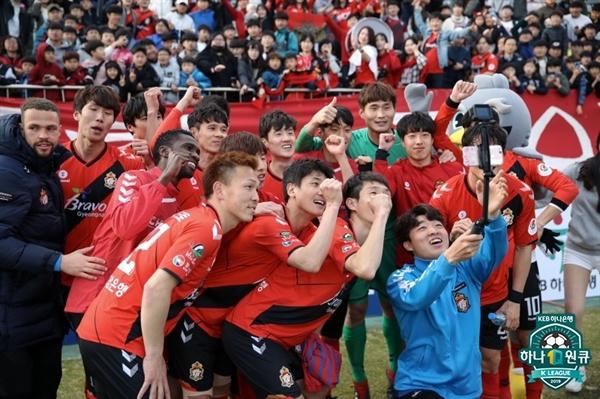 2019년 3월 30일 창원축구센터에서 열린 K리그1 경남 FC와 대구 FC의 경기. 경남 선수들이 승리 후 단체 사진을 촬영하고 있다.