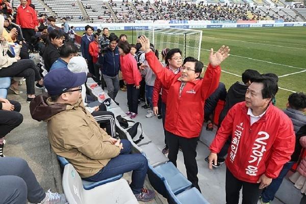 지난 3월 30일 오후 K리그 경남FC와 대구FC 경기가 열린 창원축구센터에서 자유한국당 황교안 대표와 창원성산 보궐선거에 출마한 강기윤 후보가 관중석을 돌아다니며 지지를 호소하고 있는 모습.
