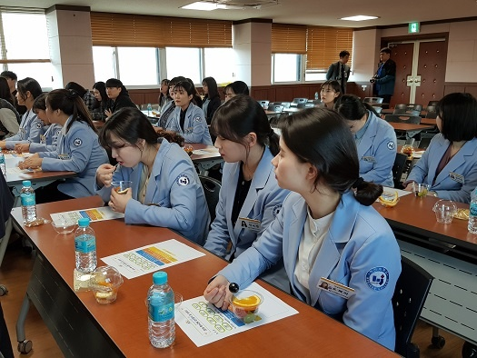 업무 협약식에 참석한 혜전대 학생들. 혜전대 언어재활과 학생들이 하늘색 유니폼을 입고 있다.