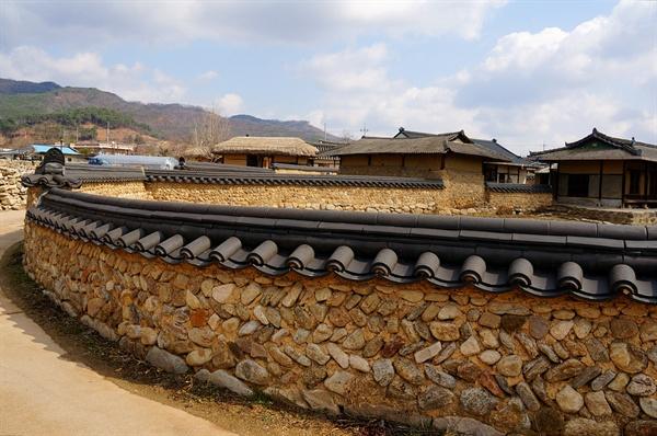 금당실 마을담 초가집, 기와집의 흙돌담과 돌담은 굽고 펴기를 반복하여 온 마을을 휘 젓더니 마을담이 되었다.