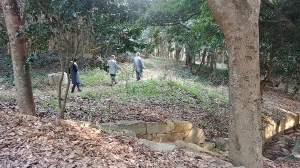 고즈넉한 오솔길을 스님이 걷고 있다.