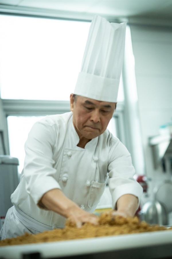 꿈베이커리에서 반죽하는 모습 좋은 재료가 첫째라면 빵은 반죽이 얼마나 잘 되는냐에 좌우된다. 차영일이 정성스럽게 반죽을 하고 있다