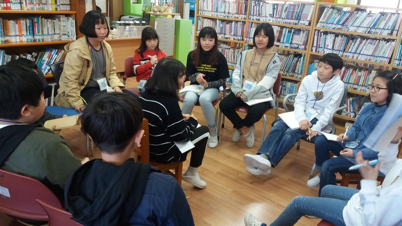장동초등학교에서 독서 토론 첫수업시간에 둥글게 둘러 앉아 자신을 소개하며 동료들의 질문을 받았다.
