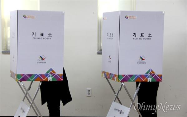 4월 3일 창원성산, 통영고성에서 국회의원을 새로 뽑는 선거가 시작된 가운데, 이날 아침 창원 성산구 상남동주민센터에 마련된 상남제1투표소에 시민들이 찾아와 투표를 했다.