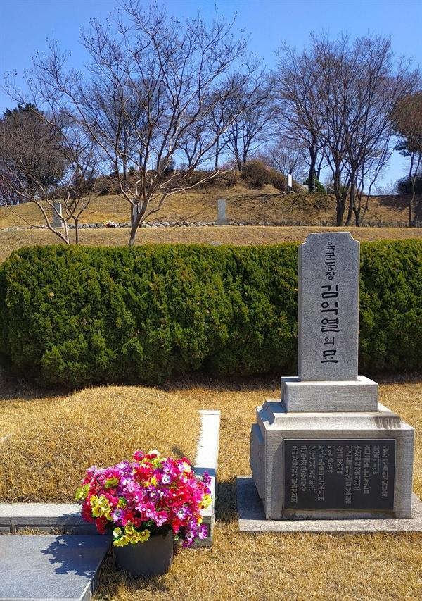 김익렬 장군의 묘 장군제1묘역에 안장되어 있는 김익렬은 제주 4.3 당시 9연대장으로 무장대 김달삼과 협상에 나서 평화적 해결을 위해 노력하였으나, 미 군정장관 딘에 의해 해임된다.