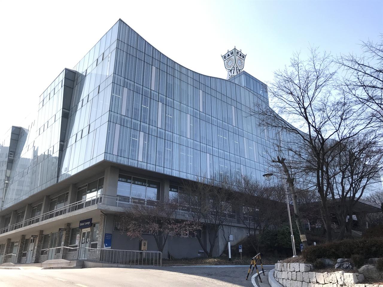 중앙대학교 학술정보원 중앙대학교 중앙도서관은 2009년 건축가이자 중앙대학교 교수인 김인철에 의해 현대적으로 리모델링됐다. 김인철 교수는 도서관 상부 외벽을 커튼월 방식으로 처리했다. 2014년부터는 '학술정보원'으로 이름을 바꿨다.