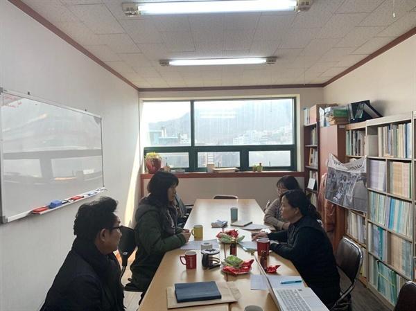 지난 3월 17일 연구소 회의실에서 대담을 진행했다. 왼쪽부터 김용만님, 장향미님, 상임활동가 이나래, 김미숙님.