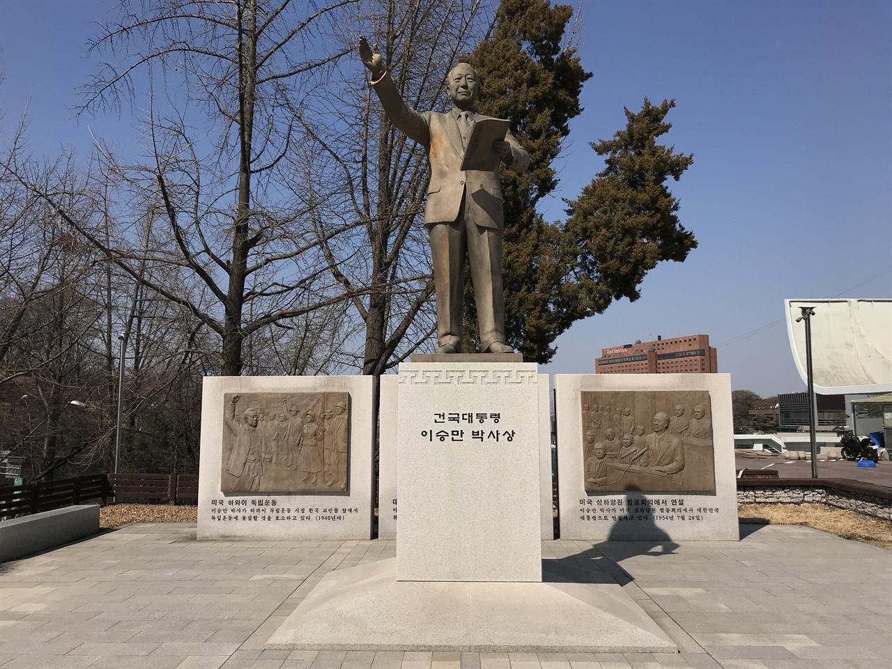 남산 한국자유총연맹 광장에 있는 이승만 동상 4.19 혁명 과정에서 탑골공원과 남산에 있던 이승만 동상은 모두 철거됐다. 2011년 8월 25일 한국자유총연맹은 4.19 혁명 유족과 시민단체의 반대에도 불구하고 이승만 동상을 다시 세웠다.