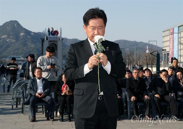 제주4·3 추모공간에 헌화한 서주석 국방차관 서주석 국방부 차관이 제주4·3 제71주년을 맞은 3일 오후 서울 광화문광장에 마련된 추모공간을 방문해 헌화하고 있다.