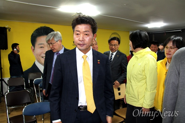 4.3 창원성산 국회의원 보궐선거 투표 마감을 앞둔 3일 오후 7시 30분경 정의당 여영국 후보가 선거사무소에 나와 있다.