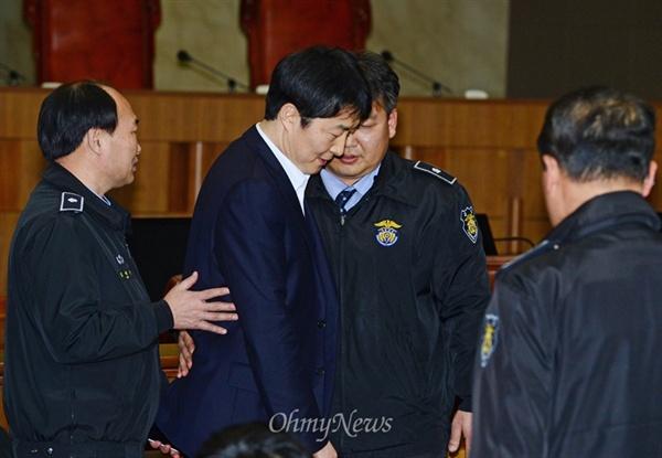 내란음모와 내란선동, 국가보안법 위반 등의 혐의로 구속기소된 이석기 전 통합진보당 의원이 22일 오후 서울 서초동 대법원 법정으로 들어서고 있다.