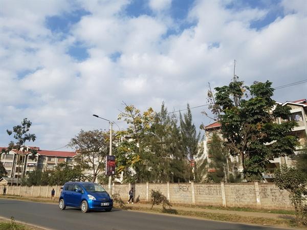케냐 카렌시의 현대식 아파트의 풍경  카렌시는 케냐의 나이로비보다도 더 서구적이면서 이층 아파트들이 줄지어 늘어선, 아늑하고 전원적인 현대식 도회지의 풍을 간직하고 있었다. 마치 동아프리카가 아니라 북유럽에 있는 덴마크의 시골도시에 도착한 느낌이었다.