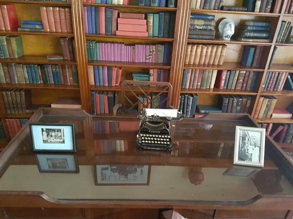 카렌의 책 서가와 초고를 집필하던 책상 그리고 타이프라이터 박물관에는 카렌이 평소에 일상적 삶을 살았던 각종 가구, 침대, 커피조제 기구, 축음기 등이 전시되어 있다.  특히 장편소설 『아웃 오브 아프리카』의 자료를 다듬고 초고의 일부를 집필했던 책상과 책장 서재, 그리고 낡은 타이프라이터도 관람객들의 눈길을 끌었다.