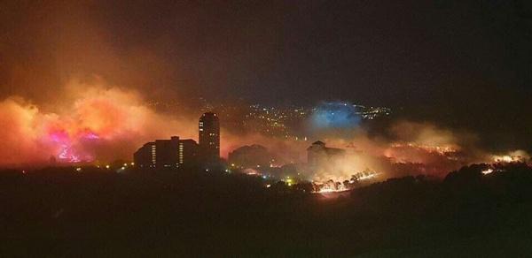 4일 오후 9시 25분 속초에서 친구가 촬영한 사진을 보내왔다. 산불은 넓은 범위에 거쳐 속초시내를 향해 접근하는 위급한 상황이다.