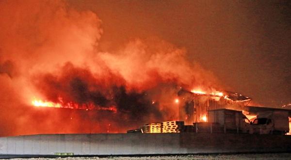 불타는 건물 4일 오후 7시 17분께 강원 고성군 토성면 원암리 일대 산불이 확산돼 건물이 불에 타고 있다.