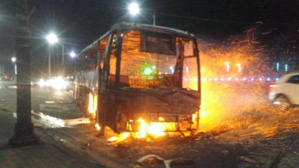 불에 탄 버스  4일 오후 7시 17분께 강원 고성군 토성면 원암리 산에서 난 산불이 확산돼 속초시 한 도로에서 버스가 불에 타는 피해를 입었다.