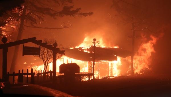 고성 산불…식당 삼킨 불길 4일 오후 7시 17분께 강원 고성군 토성면 원암리 한 주유소 맞은편 도로변 변압기에서 시작된 것으로 추정되는 불이 나 한 식당이 불타고 있다.