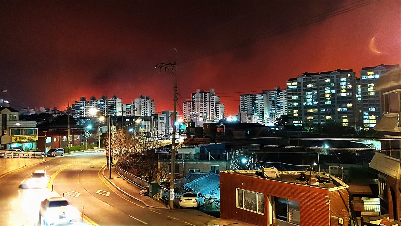 고성산불 고성에서 4일 오후 7시 17분 발생한 산불이 속초 시내 미시령로 인근에서 화염을 느낄 정도로 접근해 왔다. 아파트 주변 하늘이 온통 저녁노을처럼 붉다.