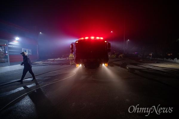 5일 오전 강원도 속초 장사동 일대 야산에 전날 강원도 고성에서 시작된 산불이 옮겨와 임야를 태우자 소방차가 출동해 진압을 하고 있다.