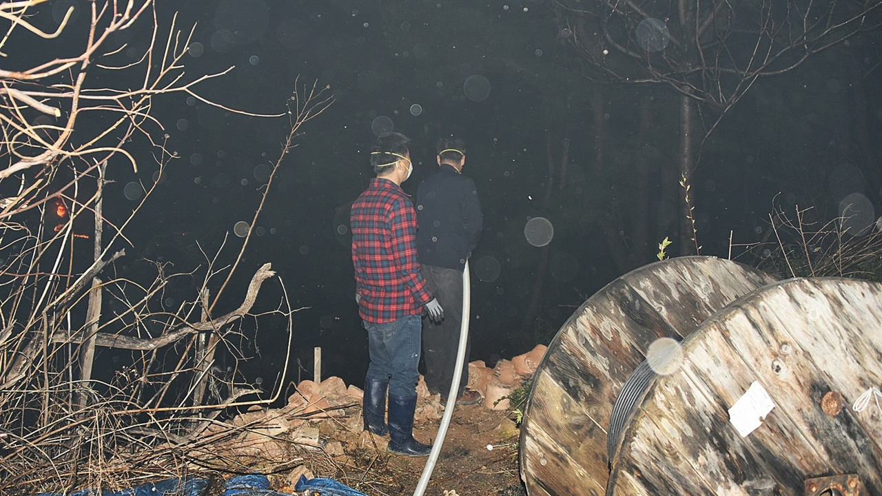 산불현장 주민의 자구책 화마가 지척에 이르렀음에도 물러서지 않고 물을 뿌리며 소중한 재산을 지키려는 속초시 동명동의 주민들.