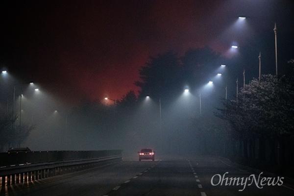 5일 오전 강원도 속초 장사동 일대 야산에 전날 강원도 고성에서 시작된 산불이 옮겨와 임야를 태우고 있다.