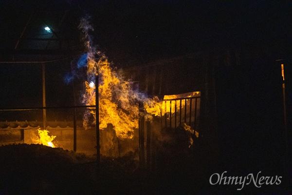 5일 오전 강원도 속초 동명동 일대 주택가에 전날 강원도 고성에서 시작된 산불이 옮겨와 주택가의 창고를 태우고 있다.