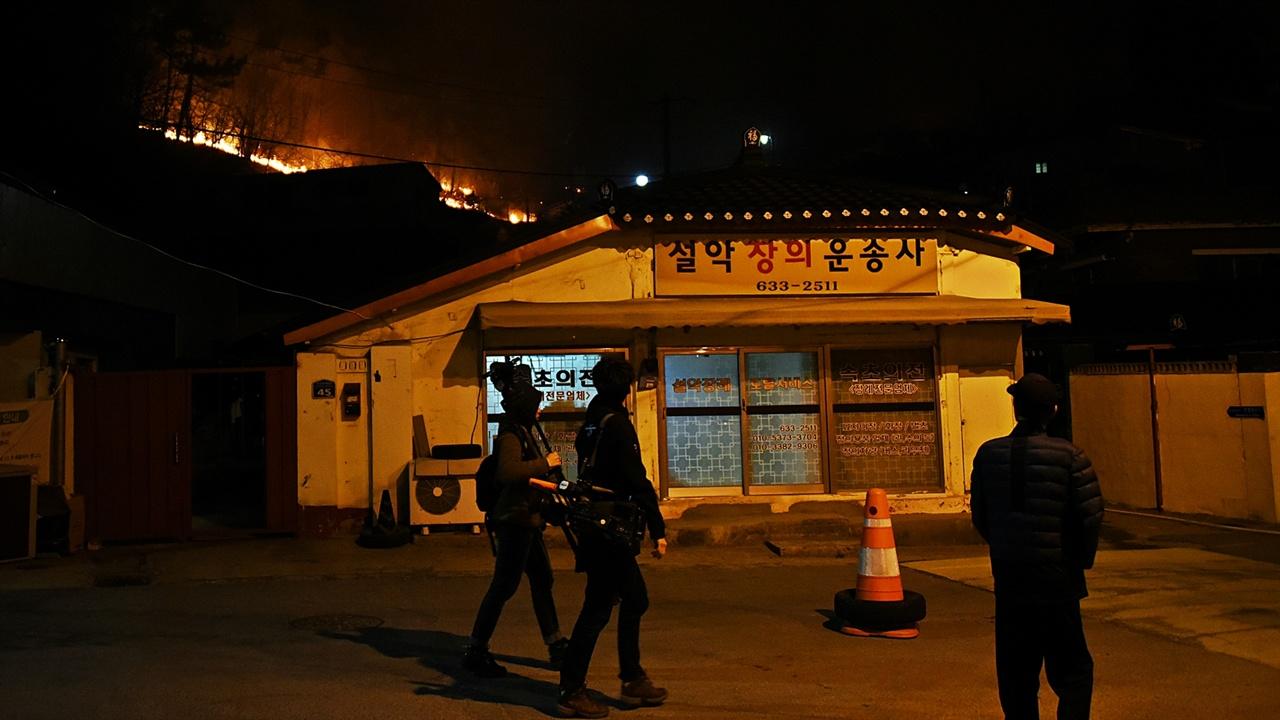 취재를 나온 기자들 속초 동명동엔 서울에서 달려 온 걸로 보이는 취재차량이 여러 대 도착해 카메라 등 취재장비를 든 기자들이 보였다.