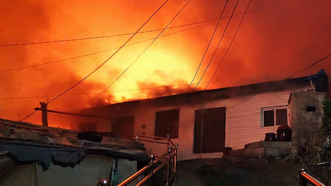 화재현장 속초시 동명동 불당골 언덕 위 가옥 처마 밑에서 매캐한 연기가 뿜어져 나오고 있다.