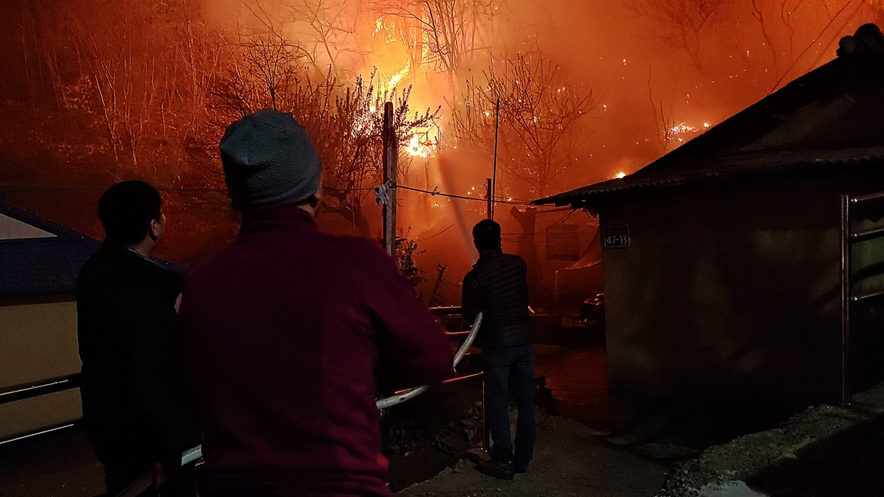속초시문화회관 직원들 화재현장에 근접해 불을 끄고 미리 예방 차원의 물을 뿌리는 작업을 소방대원이 아닌 속초시문화회관 직원들이 사투를 벌이고 있다.