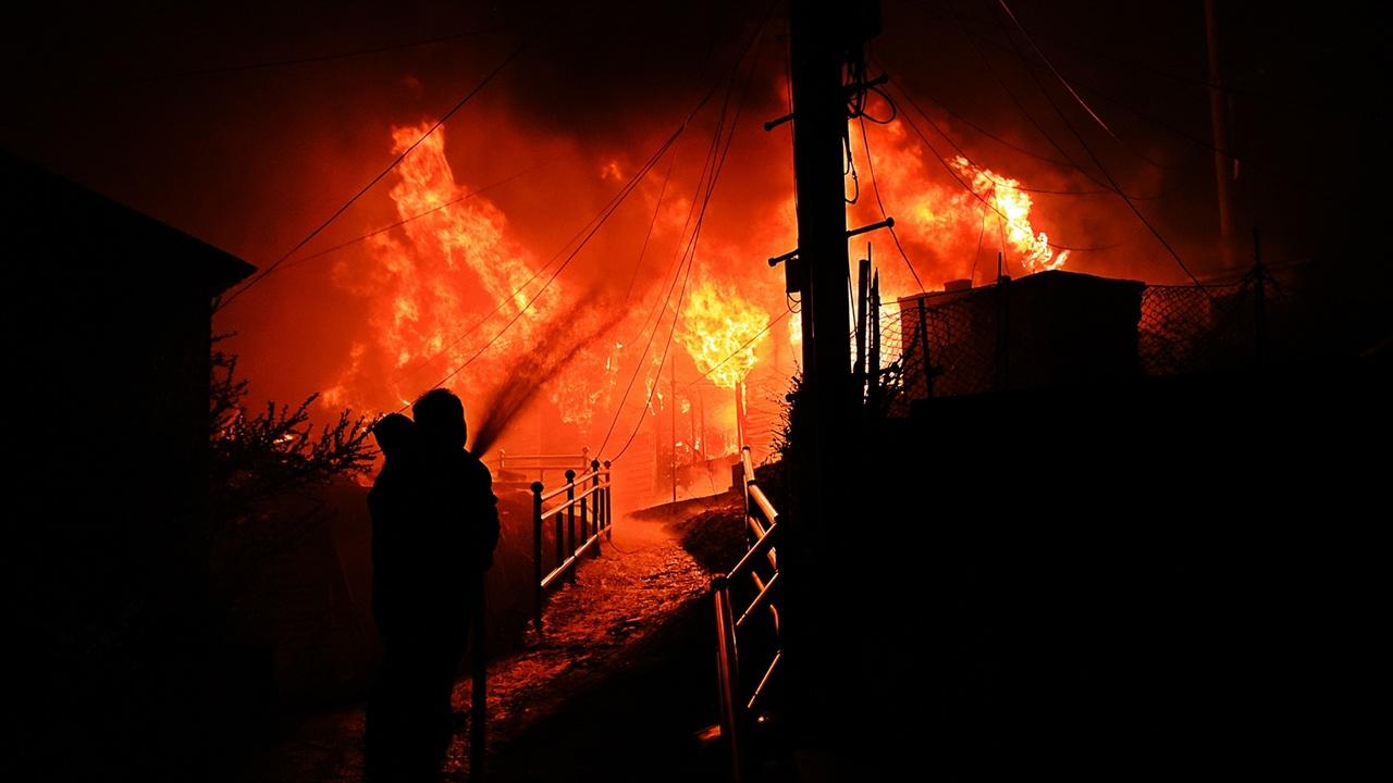 화재진압 속초시문화회관 직원이라고 자신들의 신분을 밝힌 젊은이들이 불길에 휩싸인 가옥에 물을 뿌리며 불과 맞섰다. 나중에라도 이들을 국가는 챙겨야 된다.