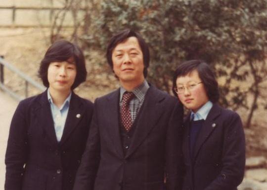1982. 2. 그의 졸업식날 기념촬영(왼쪽부터 고순영, 기자, 백영미)