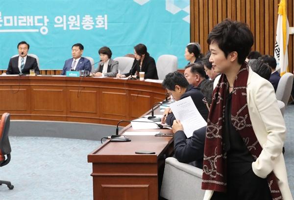 회의장 들어서는 이언주 의원 바른미래당 이언주 의원이 5일 국회에서 열린 최고위원-국회의원 연석회의 회의장에 들어서고있다.